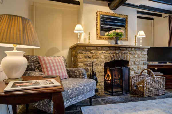 This cosy cottage in the heart of Chipping Campden has been carefully restored so as to not lose any of its historic charm, but equally to give it the warmth and modern touches that desceptively spacious cottages like these need.
